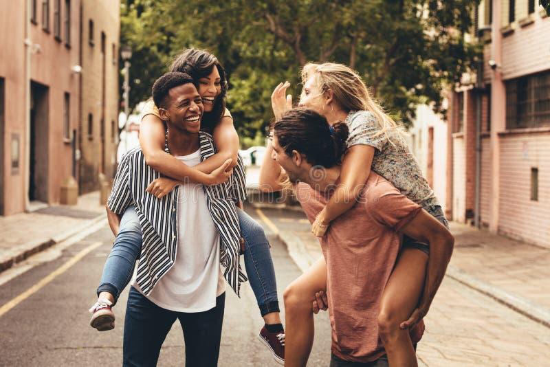 Vrolijke vrienden die in openlucht van genieten stock fotografie