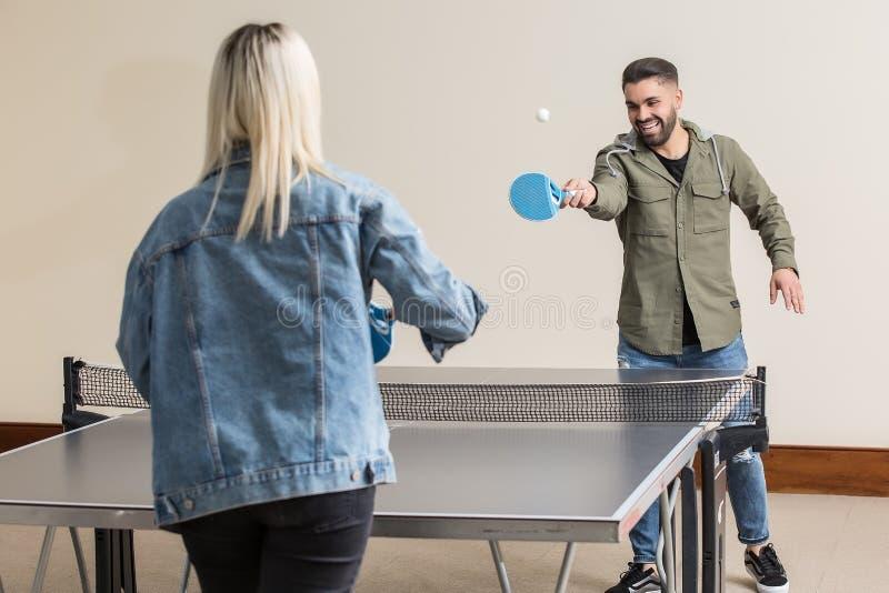 Vrolijke vrienden die pingpong spelen royalty-vrije stock afbeeldingen