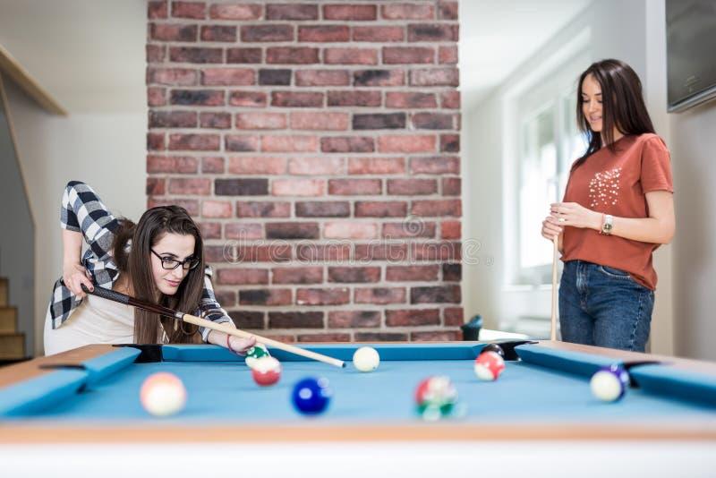 Vrolijke vrienden die snooker van spel genieten royalty-vrije stock foto's