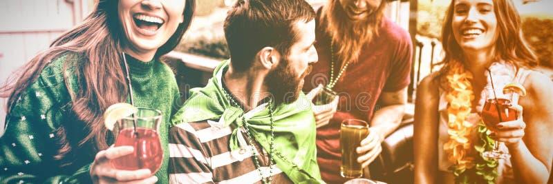 Vrolijke vrienden die St Patricks dag vieren stock afbeeldingen