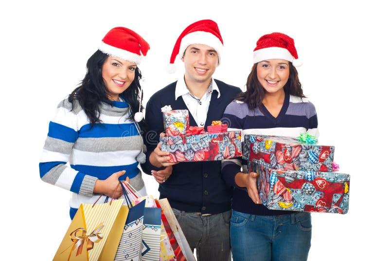Vrolijke vrienden met de giften van Kerstmis stock foto