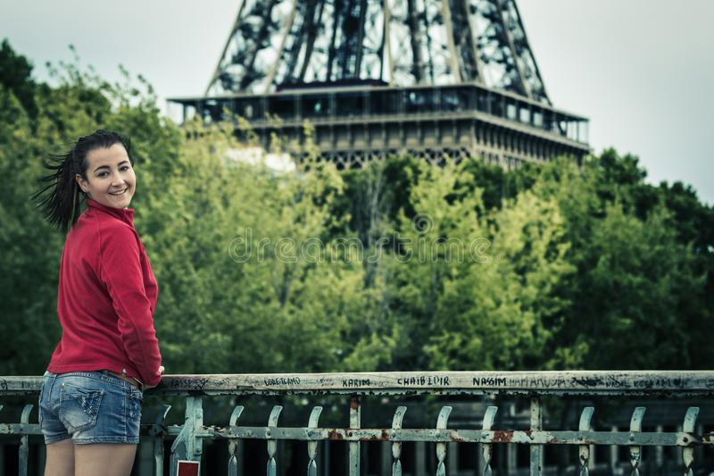 Vrolijke vrouw bij de toren van Eiffel stock afbeelding