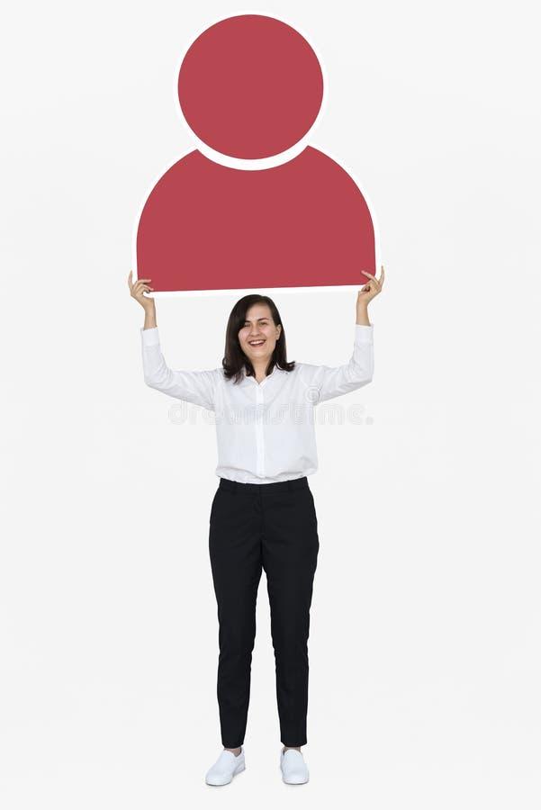 Vrolijke vrouw die een rood gebruikerspictogram houden stock afbeelding