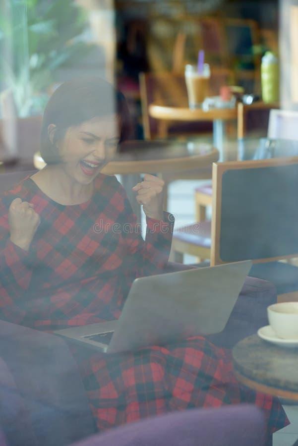 Vrolijke vrouw die goed nieuws lezen royalty-vrije stock fotografie
