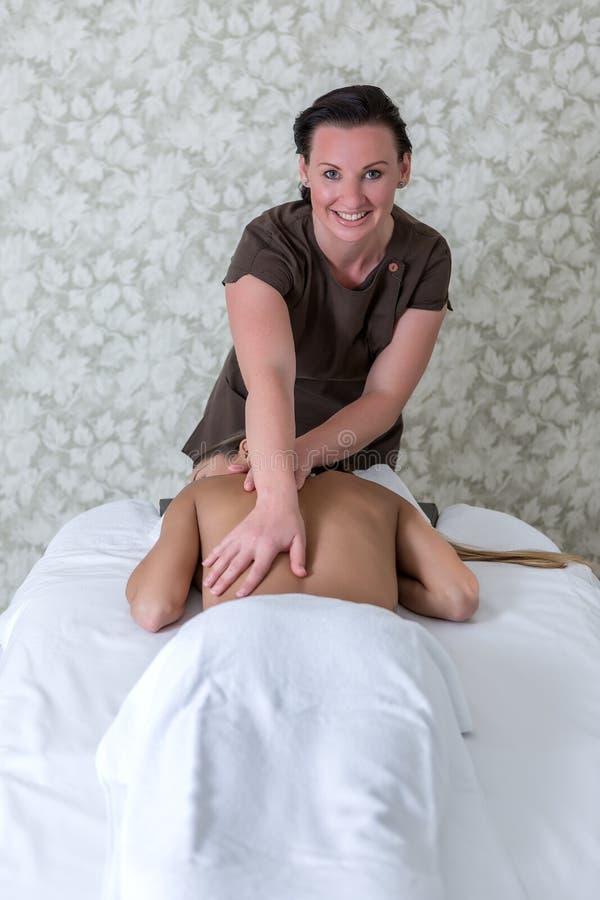 Vrolijke vrouw die massage geven aan cliënt royalty-vrije stock foto's