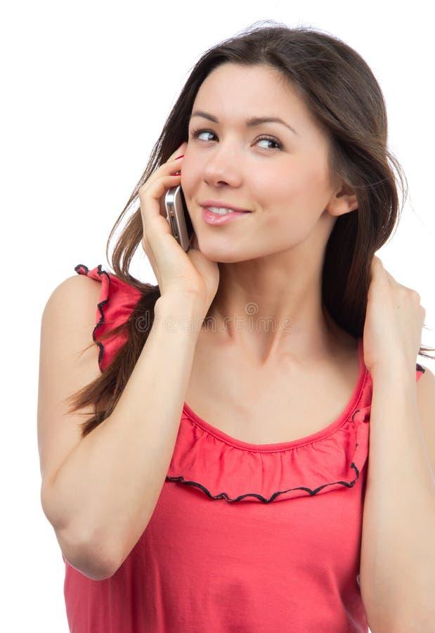 Vrolijke vrouw die op de telefoon, het glimlachen spreekt royalty-vrije stock foto's