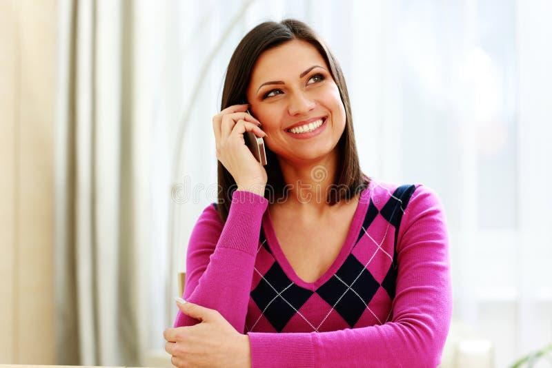 Vrolijke vrouw die op middelbare leeftijd op de telefoon spreken royalty-vrije stock foto