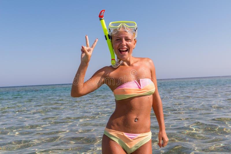 Vrolijke vrouw die snorkelend masker dragen stock foto