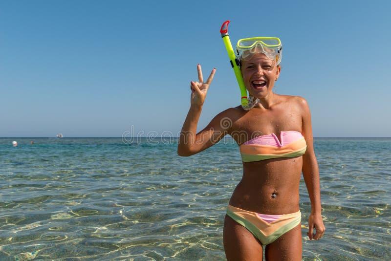 Vrolijke vrouw die snorkelend masker dragen stock fotografie