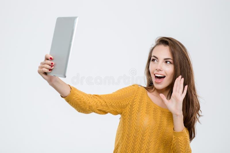 Vrolijke vrouw die videovraag op tabletcomputer doen stock afbeeldingen