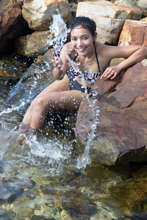 Vrolijke vrouw die water spuiten royalty-vrije stock afbeeldingen