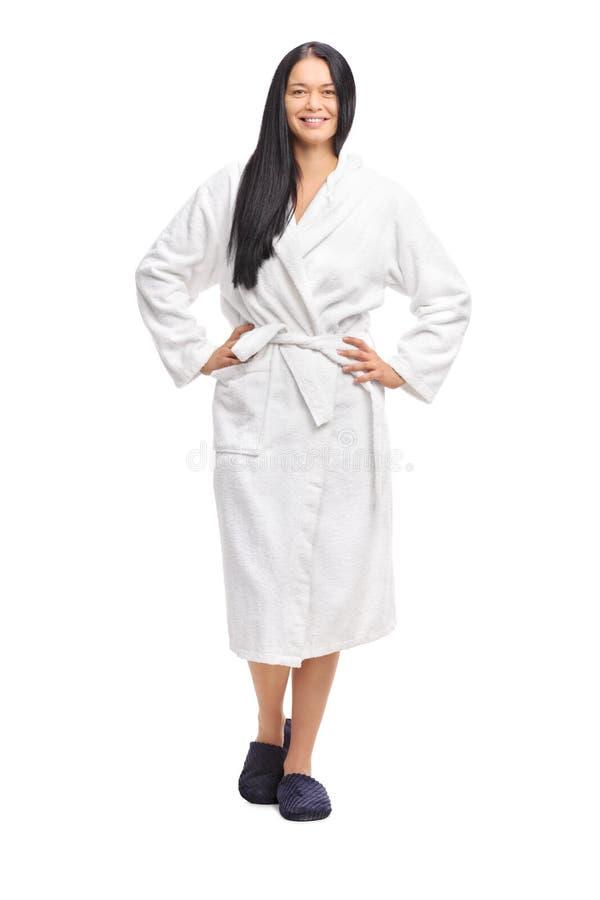 Vrolijke vrouw in een witte badjas royalty-vrije stock afbeeldingen