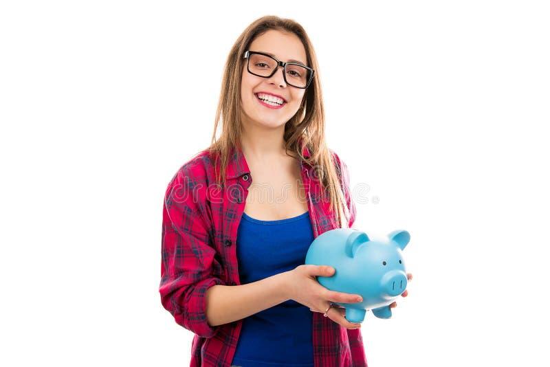 Vrolijke vrouw met blauw spaarvarken royalty-vrije stock afbeelding