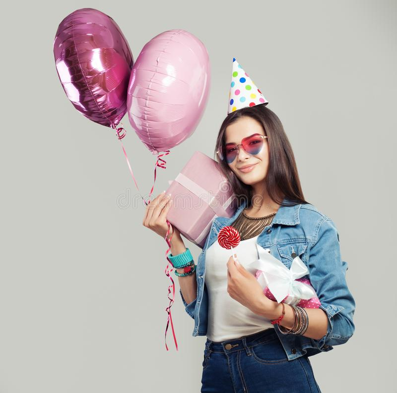 Vrolijke vrouw met giftdoos, suikergoedlolly, verjaardag GLB stock afbeeldingen