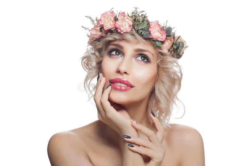 Vrolijke vrouw met make-up en bloemen Mooi model met het kijken omhooggaand en het glimlachen stock fotografie