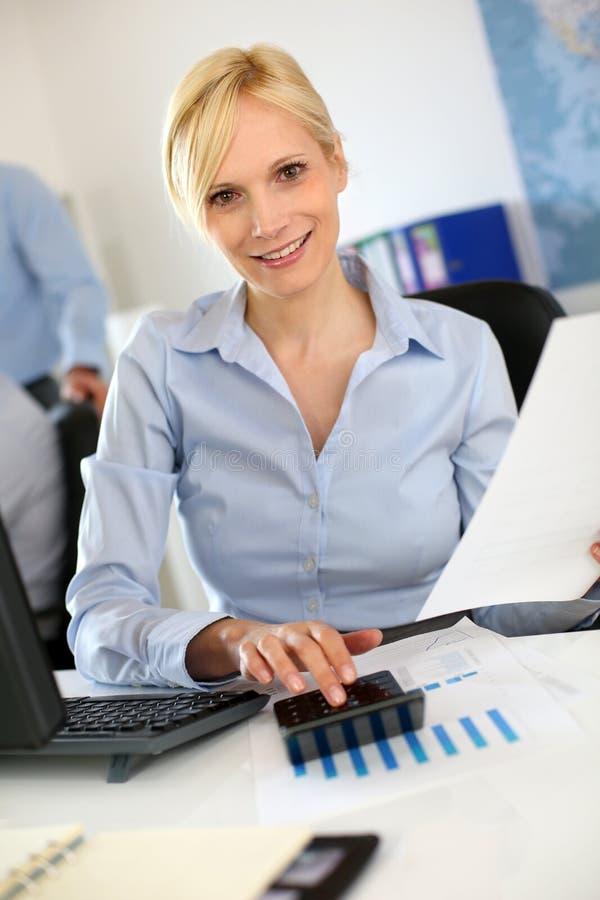 Vrolijke vrouw op het werk stock foto