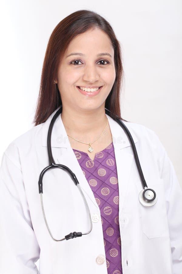 Vrolijke vrouwelijke arts stock foto's