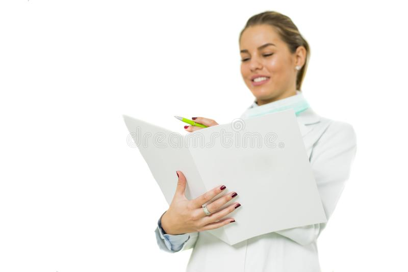 Vrolijke vrouwelijke die arts met documenten, over witte backg wordt geïsoleerd royalty-vrije stock afbeelding