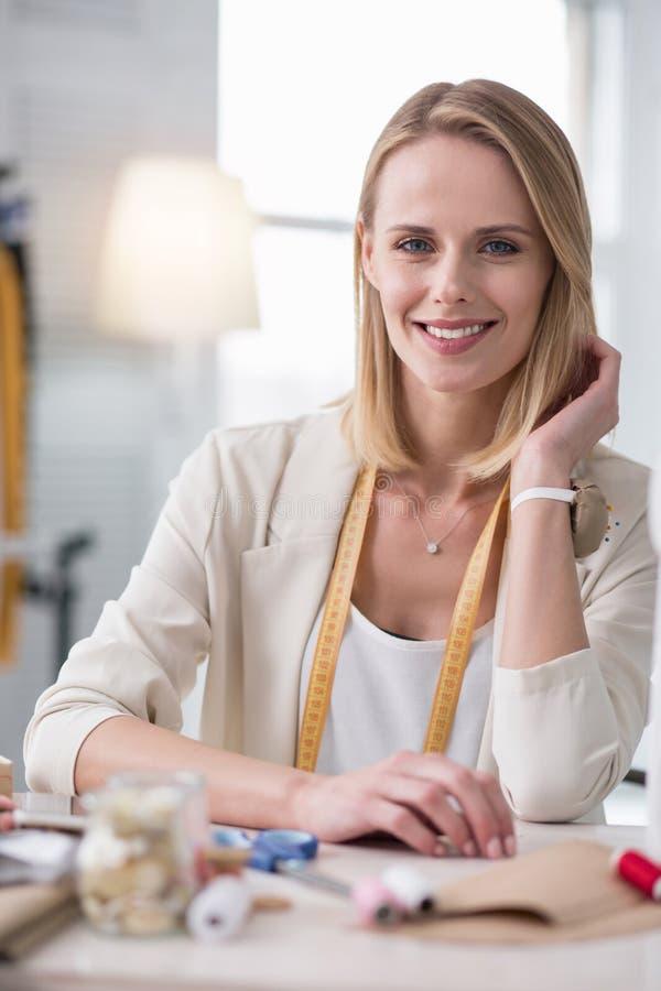 Vrolijke vrouwelijke meer couturier beginnend haar zaken royalty-vrije stock afbeelding