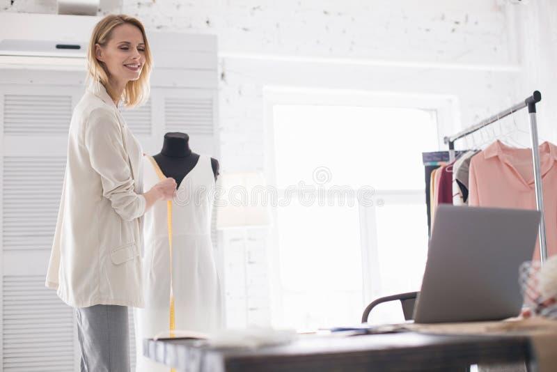 Vrolijke vrouwelijke meer couturier gevende raad online royalty-vrije stock afbeelding
