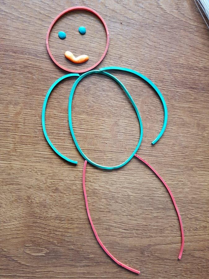 Vrolijke weinig kleurlings elastiekjes op de lijst royalty-vrije stock foto