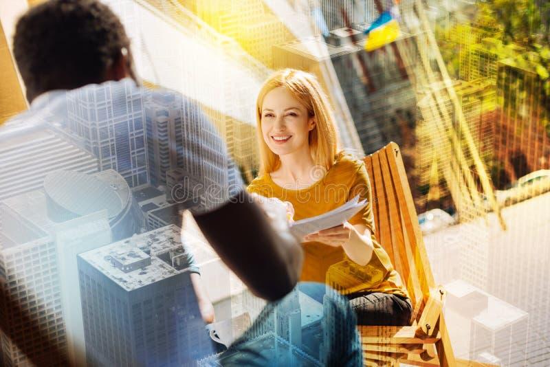 Vrolijke werkgever die blij terwijl het hebben van een baangesprek kijken stock afbeelding