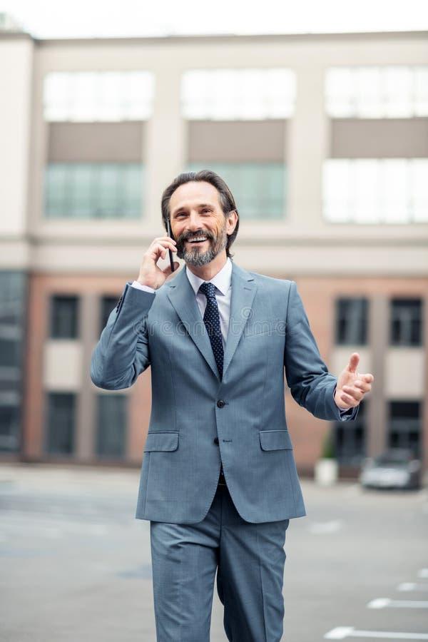 Vrolijke zakenman die vrouw roepen terwijl het delen van goed nieuws royalty-vrije stock foto