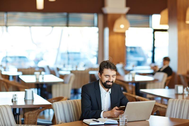Vrolijke Zakenman Working in Koffie royalty-vrije stock foto's