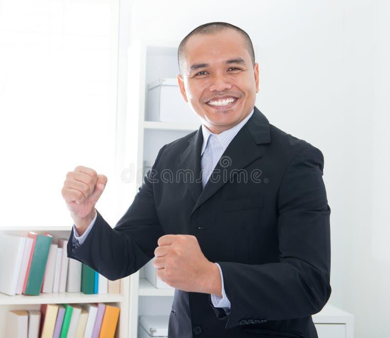 Vrolijke Zuidoostaziatische zakenman stock afbeelding