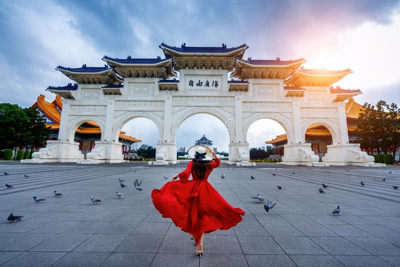 Vrouw aan de Archway of Chiang Kai Shek Memorial Hall in Taipei, Taiwan stock foto