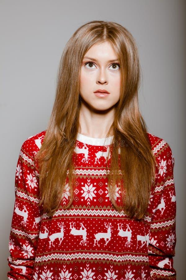 Vrouw aan de taille met grote ogen in een sweater stock foto's