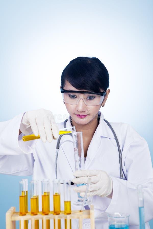 Vrouw aan het werk dat in wit wordt geïsoleerdd stock afbeelding