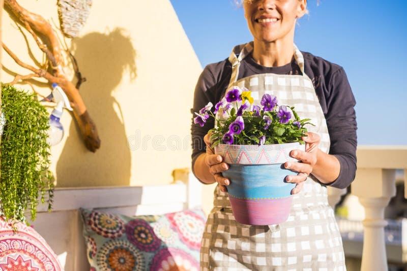 Vrouw aan het werk met installaties in het terras thuis stock foto