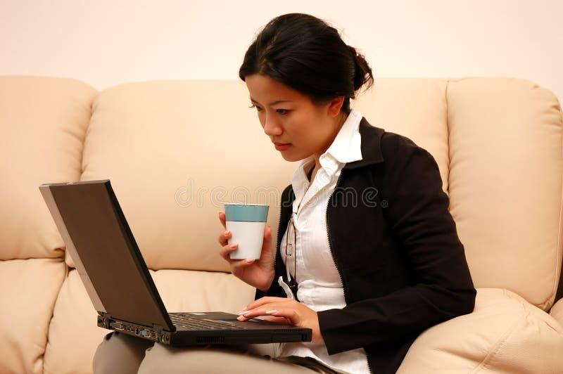 Vrouw aan het werk van huis royalty-vrije stock afbeeldingen