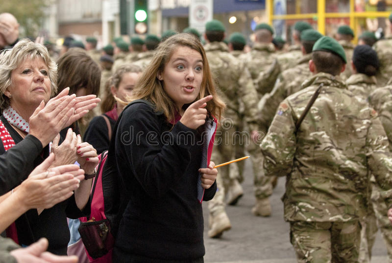 Vrouw aan militairen van de Brigade van 3 Commando royalty-vrije stock afbeelding
