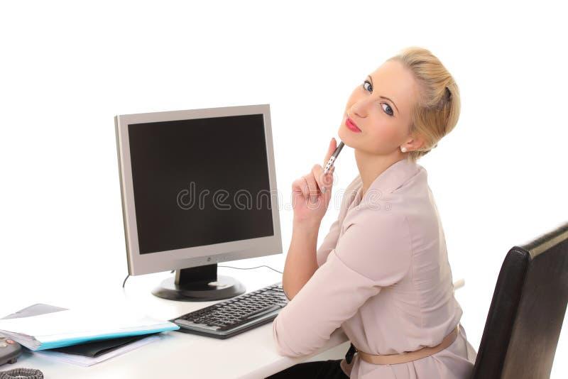vrouw achter een bureau met een computer royalty-vrije stock foto's