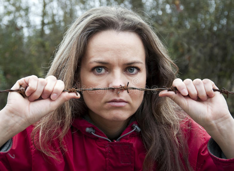 Vrouw achter prikkeldraad royalty-vrije stock foto