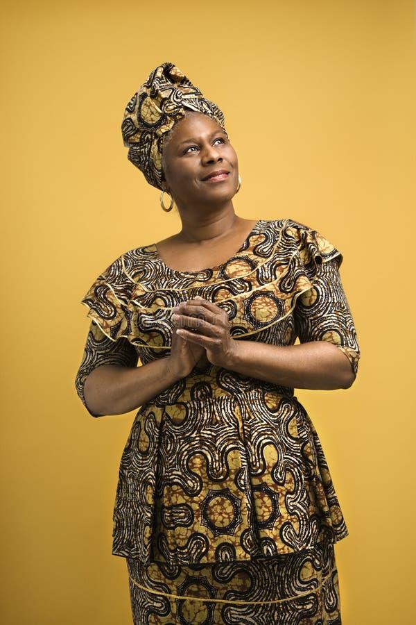 Vrouw in Afrikaanse kleding. stock foto