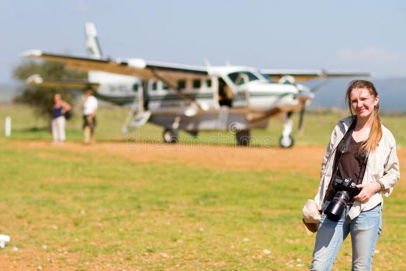 Vrouw in Afrikaanse luchthaven stock afbeeldingen