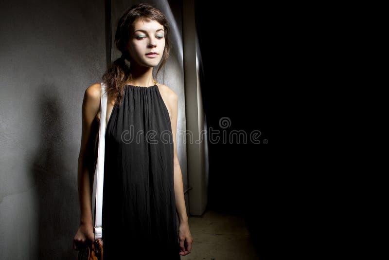 Vrouw alleen in een Donkere Steeg royalty-vrije stock afbeelding