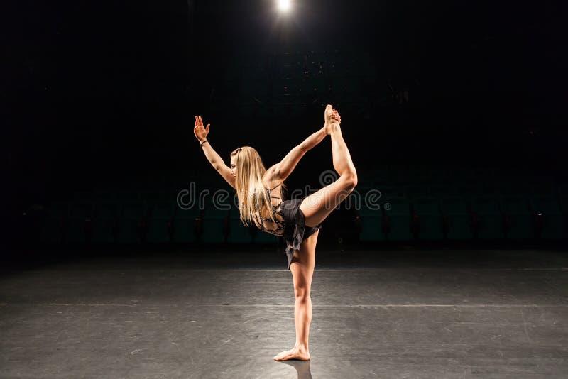 Vrouw alleen op stadium die moderne dansprestaties doen royalty-vrije stock afbeelding