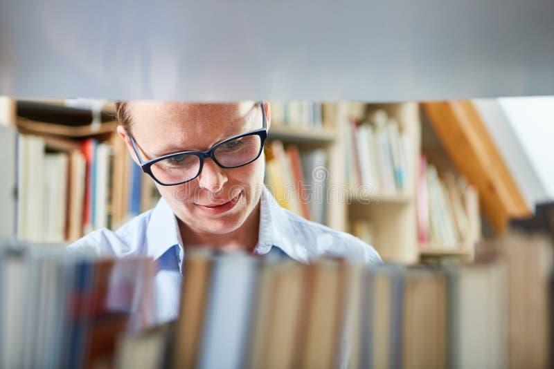 Vrouw als boekhandelaar of bibliothecaris royalty-vrije stock afbeelding