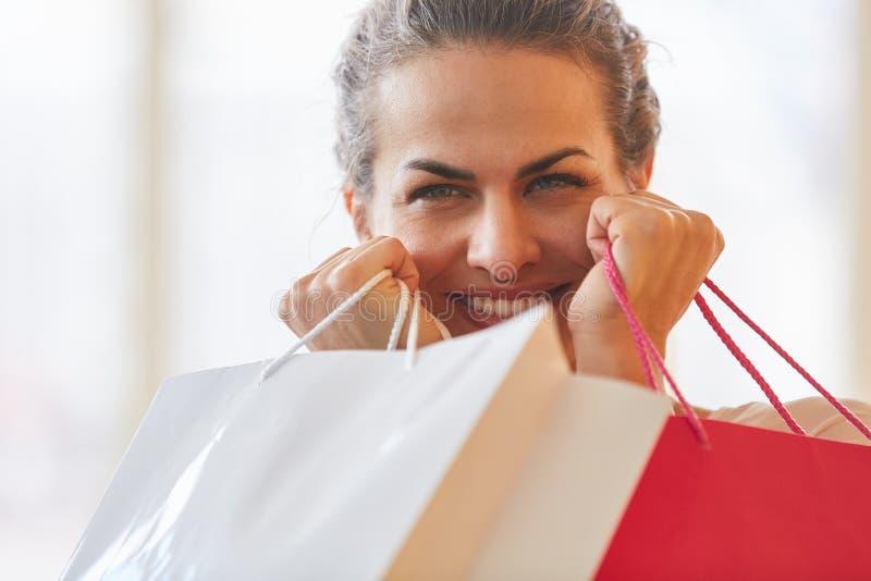 Vrouw als consument met het winkelen zakken royalty-vrije stock afbeeldingen