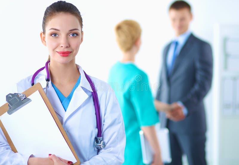 Vrouw arts die zich met omslag bij het ziekenhuis bevinden royalty-vrije stock foto's