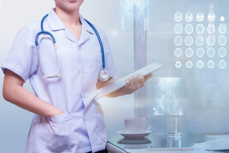 Vrouw arts die zich in werkende ruimte bevinden stock foto's