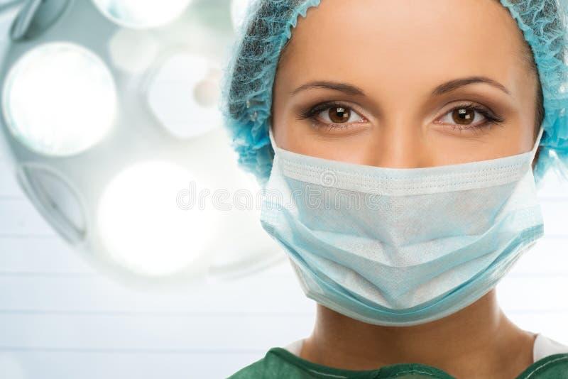 Vrouw arts in gezichtsmasker stock foto's