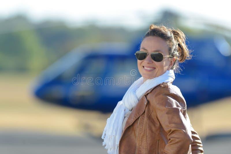 Vrouw arts naast vliegende ziekenwagen stock fotografie