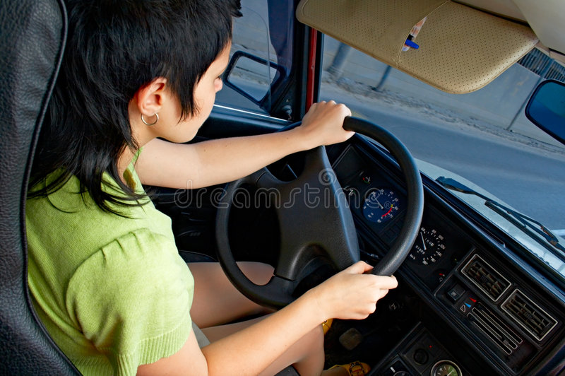 Vrouw in auto stock foto's