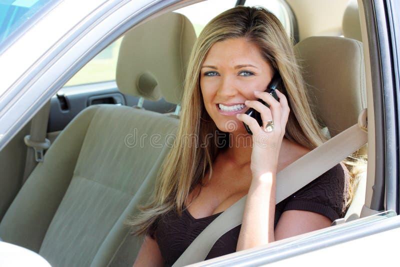 Vrouw in Auto op Telefoon royalty-vrije stock foto