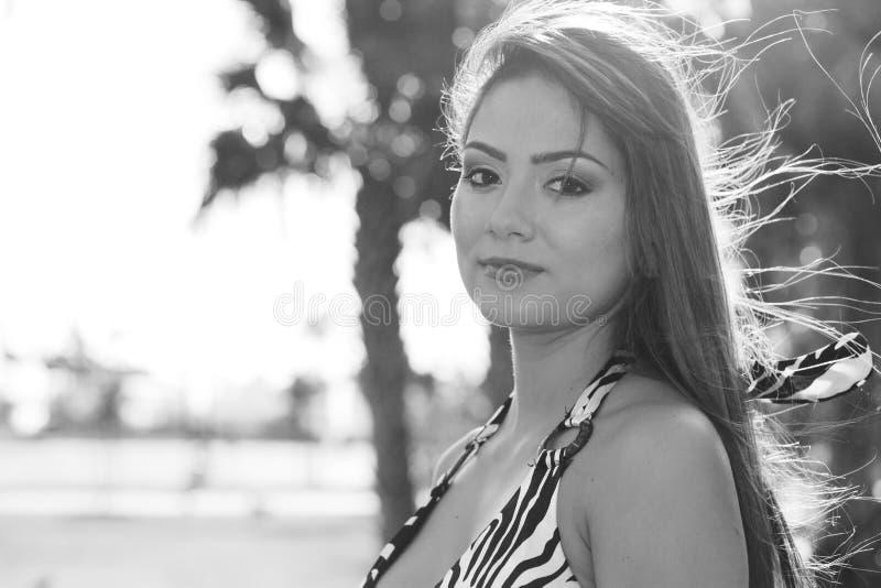 Vrouw backlit door de zon royalty-vrije stock fotografie